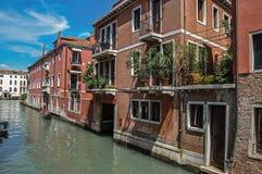 大厦看法在运河前面的有长平底船的在威尼斯 免版税图库摄影