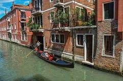 大厦看法在运河前面的有长平底船的在威尼斯 免版税库存图片