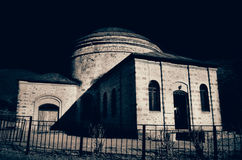 大厦看法在黑暗的天空下 阿塞拜疆Sheki 免版税库存照片
