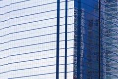 大厦窗口办公室,关闭,从办公楼的建筑学摘要在downtownof一个现代大厦的门面 免版税库存照片
