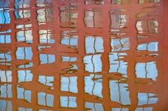 大厦窗口的反射在相对地镇静河 免版税库存照片