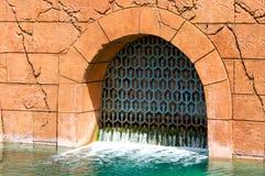 大厦老排水设备门 免版税图库摄影