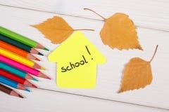 大厦蜡笔、形状与词学校的和在白板的秋季叶子 库存照片