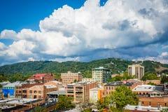 大厦街市看法和镇山,在阿什维尔, N 免版税库存照片