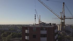 大厦起重机和大厦鸟瞰图建设中 股票视频