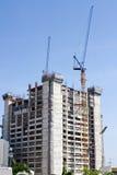 大厦起重机和建造场所在蓝天下 免版税库存照片