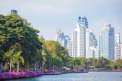 大厦都市风景视图在benjakitti公园的在曼谷在泰国 免版税图库摄影