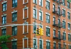 大厦门面和红绿灯在纽约 免版税库存图片