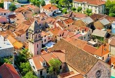 大厦高耸和屋顶在老镇Omis 免版税库存图片