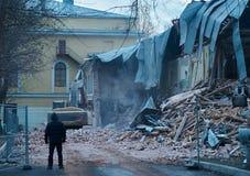 大厦,在工作,工作者的挖掘机的爆破引导过程 免版税库存图片