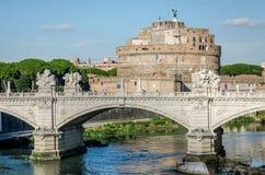 大厦建筑学Castel Sant'Angelo历史的视域在罗马,台伯河的银行的在被成拱形的桥梁附近的  图库摄影