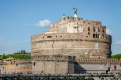 大厦建筑学Castel Sant'Angelo历史的视域在罗马,台伯河的银行的在被成拱形的桥梁附近的  免版税库存图片