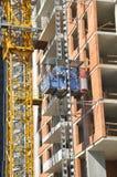 大厦建设中的起重机和的大厦 库存图片