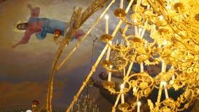 大古铜色枝形吊灯在大教堂基督教会,特写镜头里 股票录像