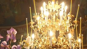 大古铜色枝形吊灯在大教堂基督教会,特写镜头里 影视素材