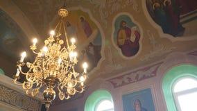 大古铜色枝形吊灯在大教堂基督教会,特写镜头里 股票视频