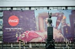 大可口可乐广告在城市的中心 库存图片