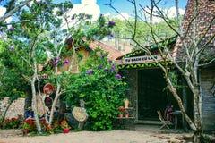 大叻,越南- 2017年2月17日:古芝大叻乡下、旅馆和度假胜地的Lan村庄在杉木密林,在草的阵营中 免版税库存照片
