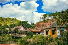 大叻,越南- 2017年2月17日:古芝大叻乡下、旅馆和度假胜地的Lan村庄在杉木密林,在草的阵营中 图库摄影