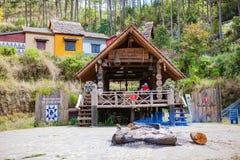 大叻,越南- 2017年2月17日:古芝大叻乡下、旅馆和度假胜地的Lan村庄在杉木密林,在草的阵营中 库存图片