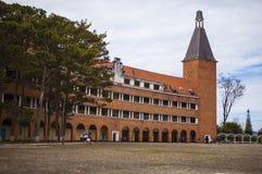 大叻,越南- 2017年2月17日:大叻教学学院古老建筑学在大叻,越南的天 免版税库存照片