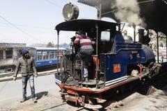 大吉岭,印度, 2017年3月3日:在火车站的蒸汽机车 免版税图库摄影