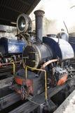 大吉岭,印度, 2017年3月3日:在火车站的蒸汽机车 免版税库存图片