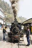 大吉岭,印度, 2017年3月3日:转轨在火车站的蒸汽机车 免版税图库摄影