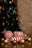 大吹的玻璃薄荷糖、小圣诞节电灯泡和雪花 免版税库存照片