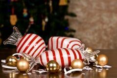 大吹的玻璃薄荷糖、小圣诞节电灯泡和雪花 库存图片