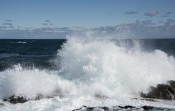大和强的波浪在黑海 免版税库存照片