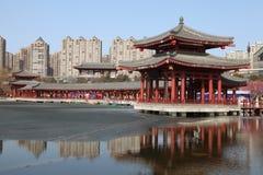 大唐芙蓉园中心在晚上,西安,中国的反射 库存图片