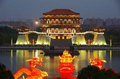 大唐芙蓉园中心在晚上,西安,中国的反射 免版税图库摄影