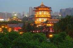 大唐芙蓉园中心在晚上,西安,中国的反射 免版税库存照片