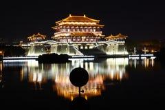 大唐芙蓉园中心在晚上,西安,中国的反射 图库摄影