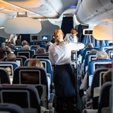大商业飞机内部有为位子的空中小姐的乘客服务在飞行期间 库存图片