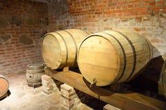 大啤酒的,酒回合木桶在中世纪的老地窖里由砖制成 图库摄影