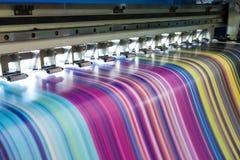 大喷墨打印机工作多色在乙烯基横幅 图库摄影