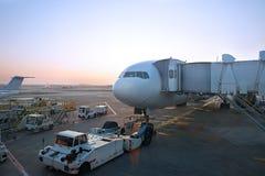 大喷气机为飞机推迟起飞做准备 库存照片