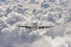 大喷气机飞行通过云彩 免版税图库摄影