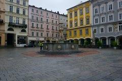 大喷泉在城市广场 免版税库存照片