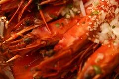 大国王油煎的大虾 特写镜头照片 大下落绿色叶子宏观摄影水 食物概念背景 免版税图库摄影