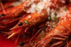 大国王油煎的大虾 特写镜头照片 大下落绿色叶子宏观摄影水 食物概念背景 库存照片