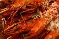 大国王油煎的大虾 特写镜头照片 大下落绿色叶子宏观摄影水 食物概念背景 图库摄影