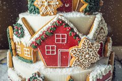 大圣诞节蛋糕装饰用姜饼曲奇饼和在上面的一个房子 点心的概念新年 库存图片