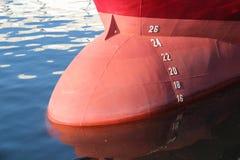 大在大洋里航行的小船船首  图库摄影