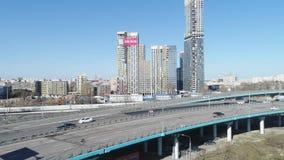 大在路的城市和交通顶视图有高层建筑物的 ?? 自白天浸没美丽的大都会 影视素材