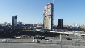 大在路的城市和交通顶视图有高层建筑物的 ?? 自白天浸没美丽的大都会 股票录像