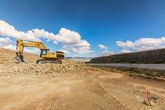 大在路的建筑工作的挖掘机运动的地球 库存照片