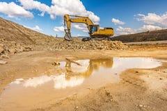 大在路的建筑工作的挖掘机运动的地球 图库摄影